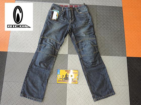 Richa Exit kevlar jeans spijkerbroek voor op de motor